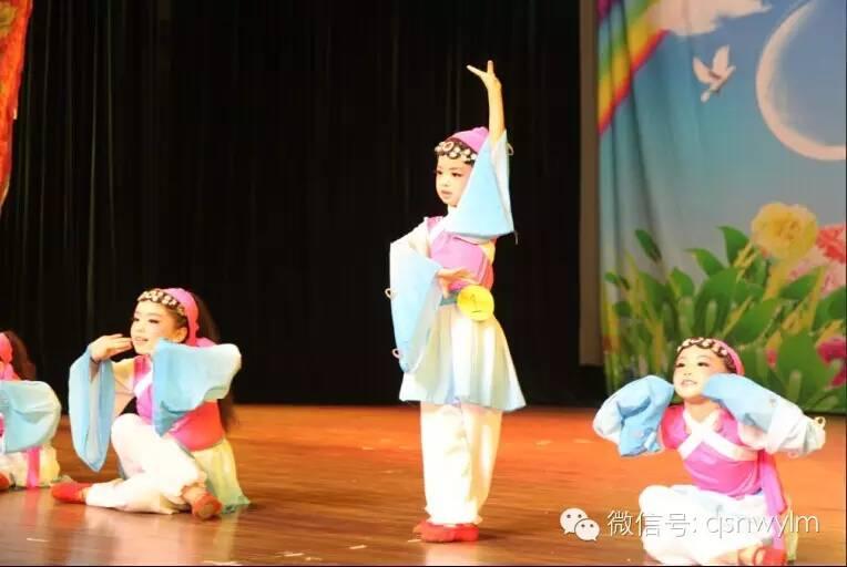 开场舞是一群可爱4,5岁的小宝贝带来的超萌的《可爱颂》 独舞