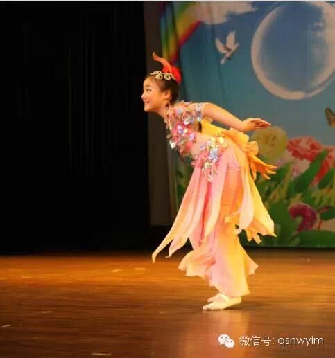 开场舞是一群可爱4,5岁的小宝贝带来的超萌的《可爱颂》